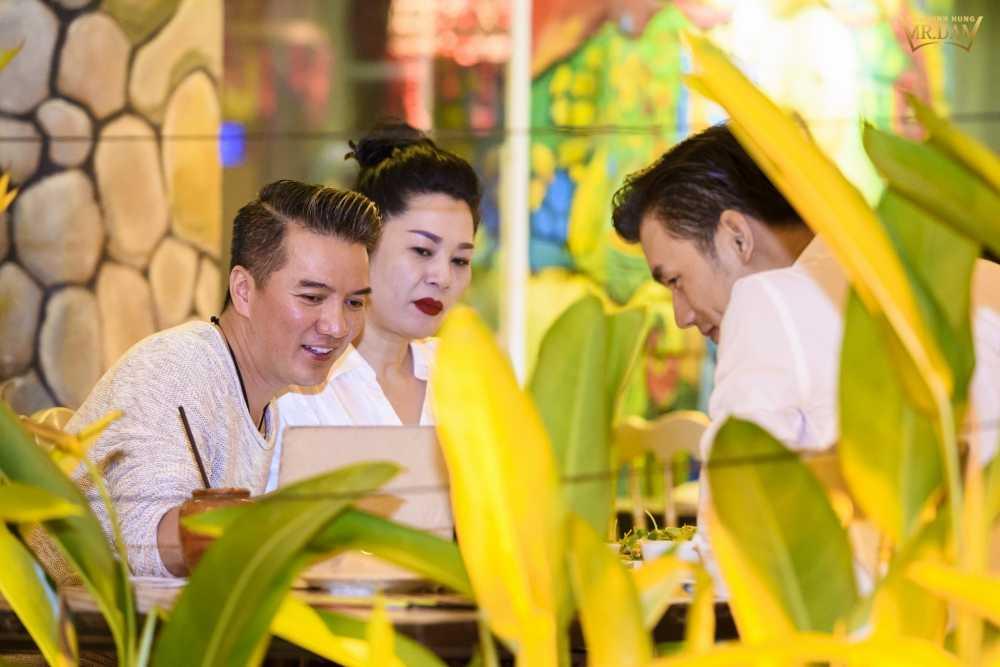 Dam Vinh Hung kin dao di an toi cung 'nguoi tinh dong tinh' hinh anh 3