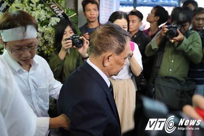 Bo Minh Thuan lang thinh dau don giua dong nguoi tien biet con trai hinh anh 8
