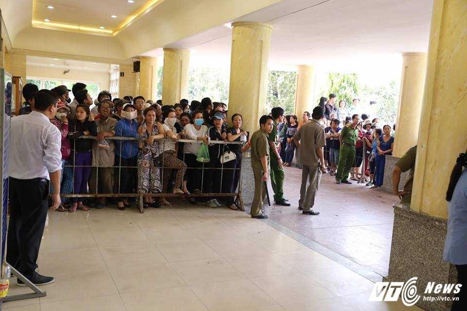 Nhat Hao khoc nuc no tien dua Minh Thuan ve noi an nghi cuoi cung hinh anh 2