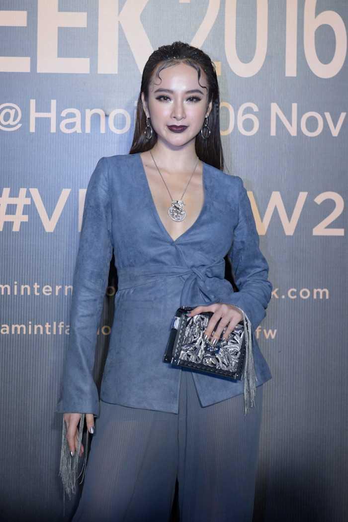 Angela Phuong Trinh gay 'soc' voi loi trang diem quai dan, deo trang suc gan 2 ty dong hinh anh 2