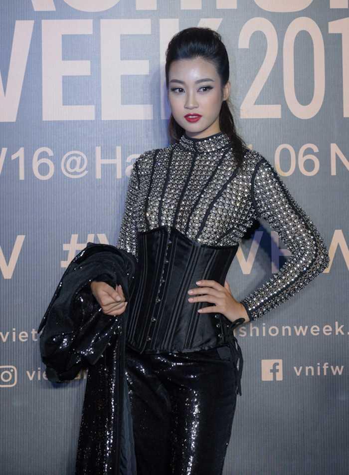 Angela Phuong Trinh gay 'soc' voi loi trang diem quai dan, deo trang suc gan 2 ty dong hinh anh 3