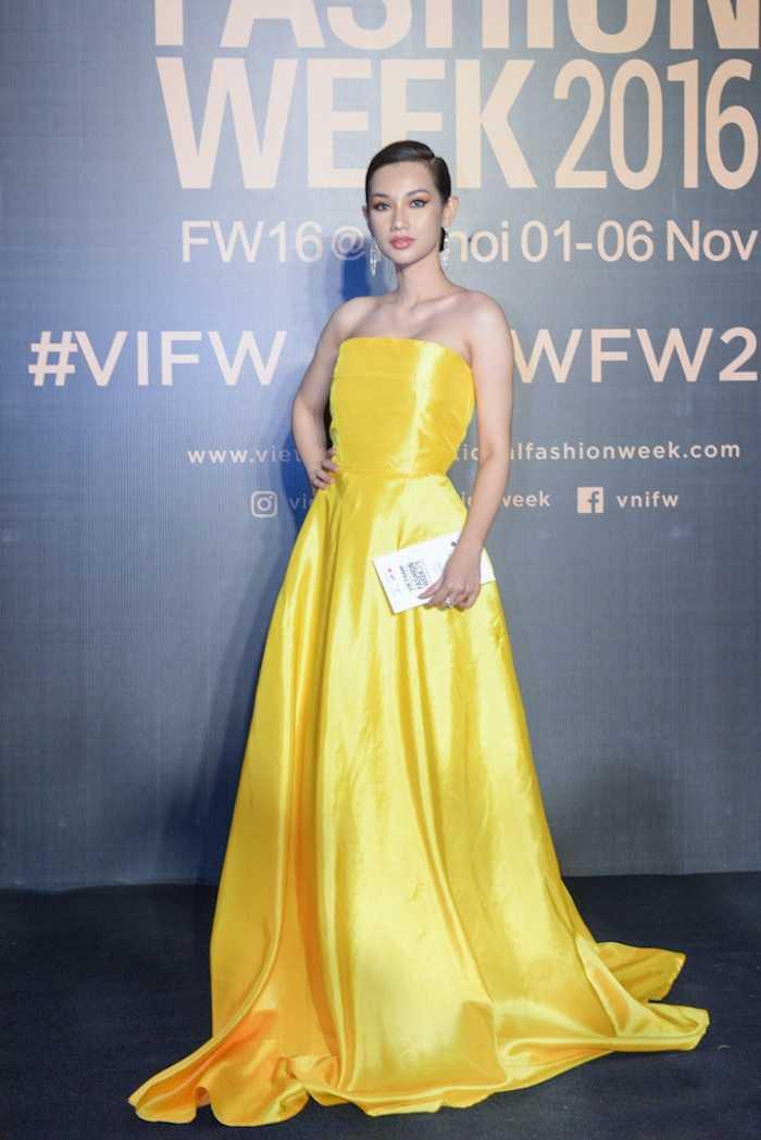 Angela Phuong Trinh gay 'soc' voi loi trang diem quai dan, deo trang suc gan 2 ty dong hinh anh 10