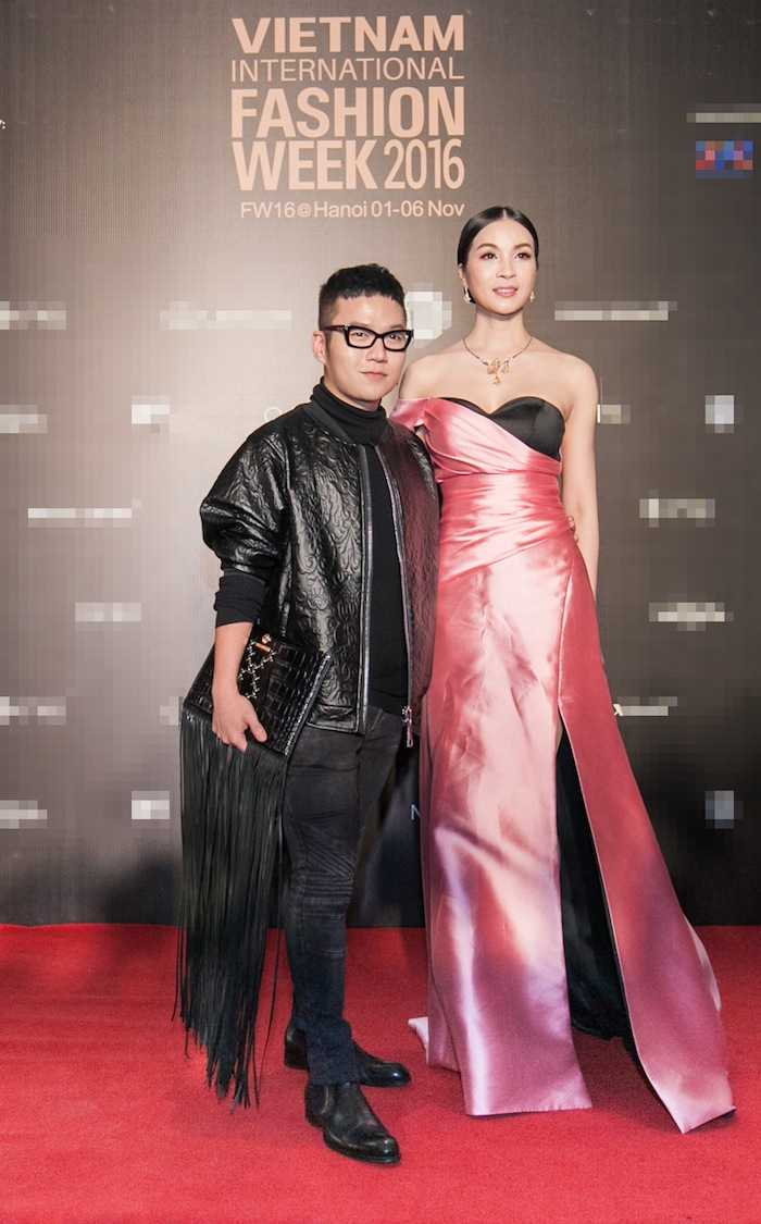 Angela Phuong Trinh gay 'soc' voi loi trang diem quai dan, deo trang suc gan 2 ty dong hinh anh 11