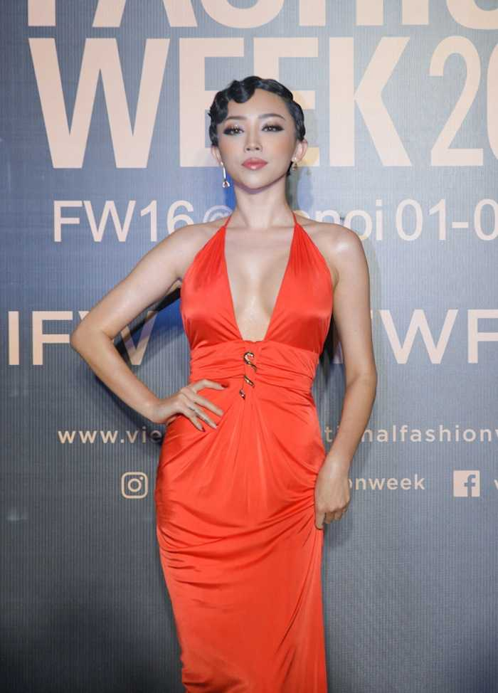 Angela Phuong Trinh gay 'soc' voi loi trang diem quai dan, deo trang suc gan 2 ty dong hinh anh 6