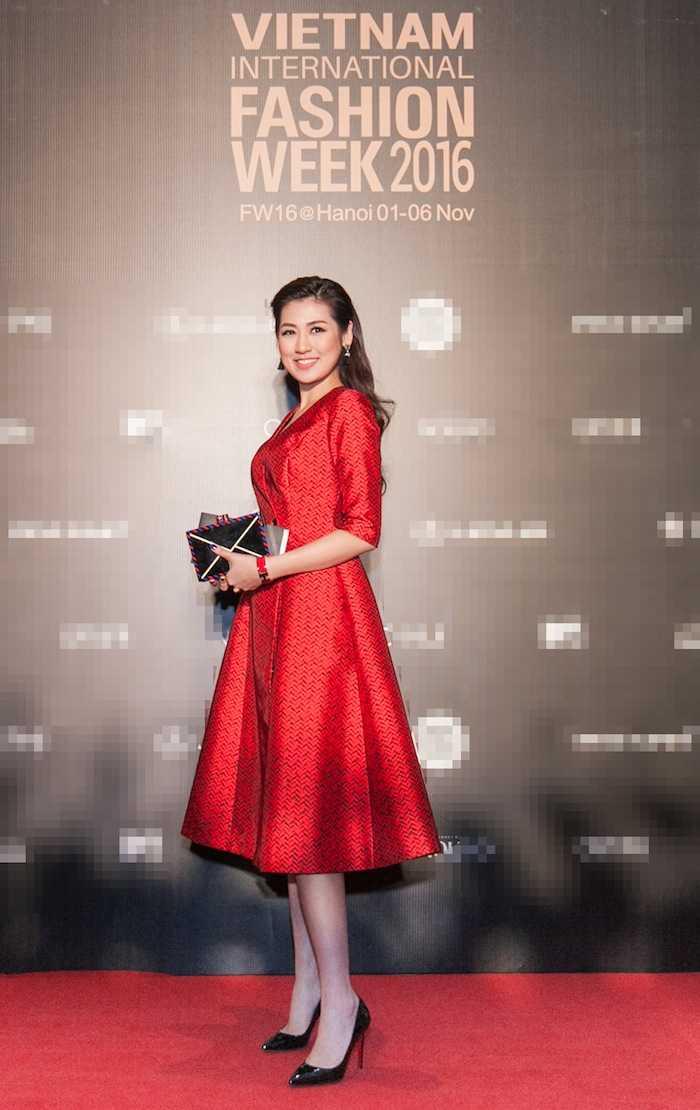 Angela Phuong Trinh gay 'soc' voi loi trang diem quai dan, deo trang suc gan 2 ty dong hinh anh 8