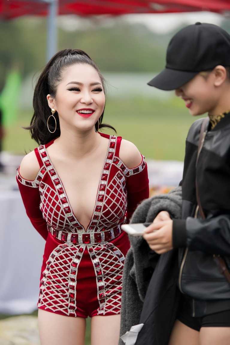 Huong Tram dien do cat xe goi cam, khoe vu dao 'boc lua' hinh anh 2