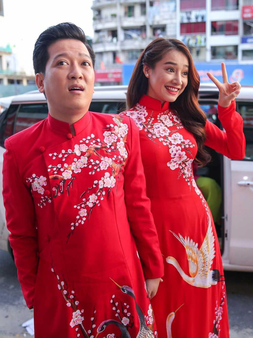 Truong Giang - Nha Phuong mac ao dai doi, au yem tinh tu trong hau truong hinh anh 1