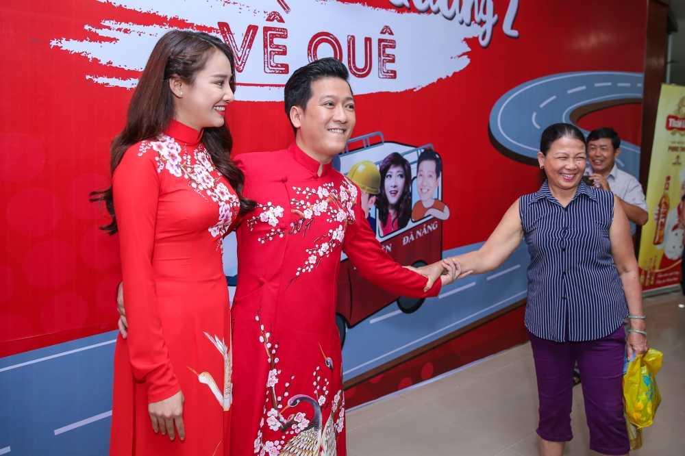 Truong Giang - Nha Phuong mac ao dai doi, au yem tinh tu trong hau truong hinh anh 2
