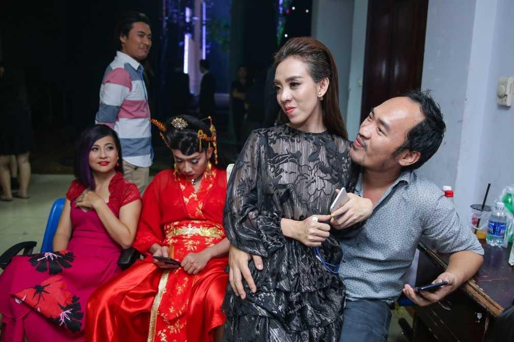 Truong Giang - Nha Phuong mac ao dai doi, au yem tinh tu trong hau truong hinh anh 4