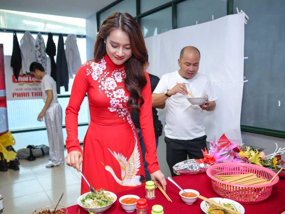 Truong Giang - Nha Phuong mac ao dai doi, au yem tinh tu trong hau truong hinh anh 8
