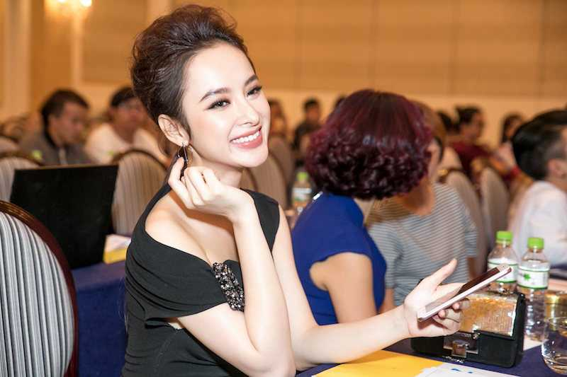 Angela Phuong Trinh dien ao lech vai, khoe ve xinh dep quyen ru hinh anh 3
