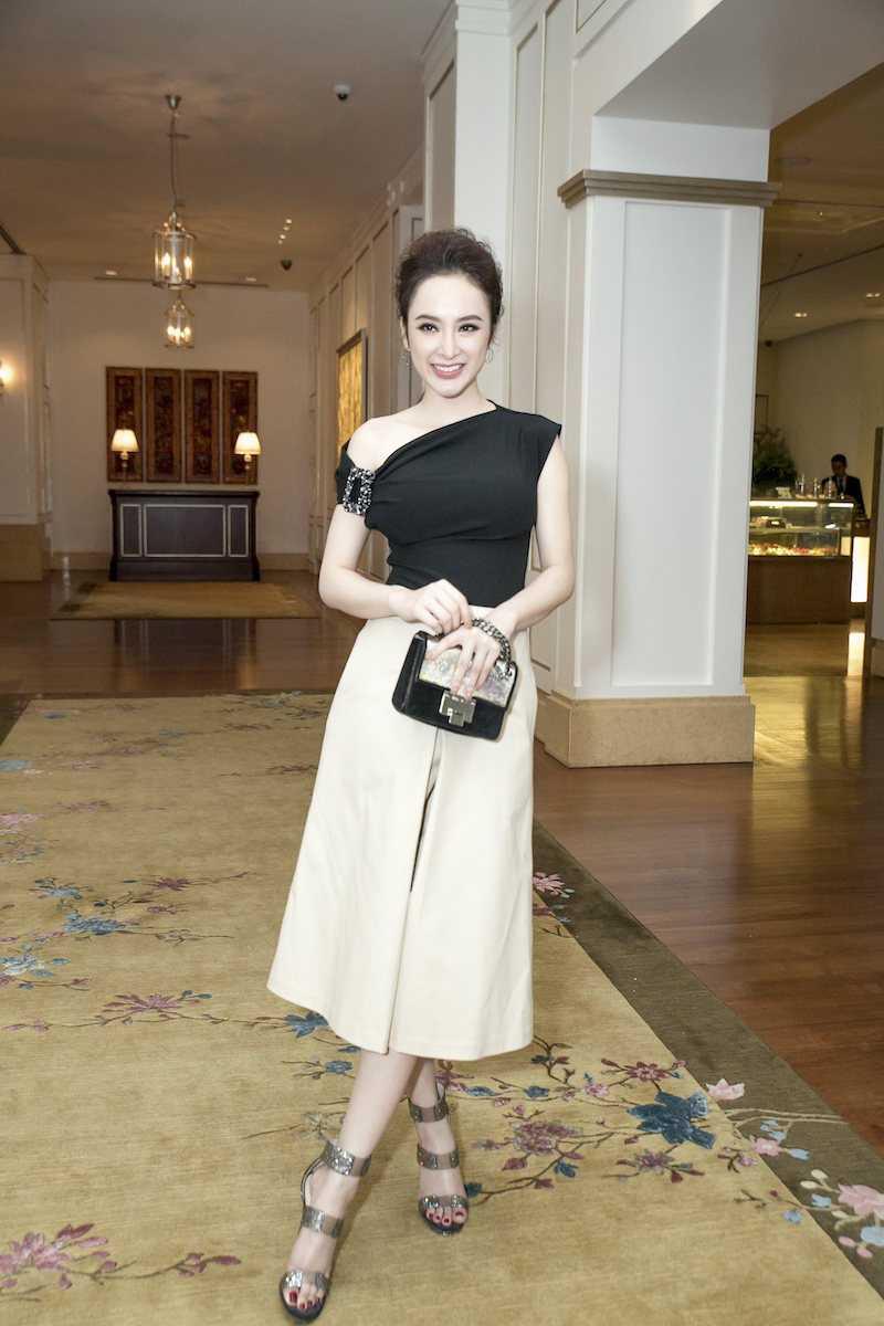 Angela Phuong Trinh dien ao lech vai, khoe ve xinh dep quyen ru hinh anh 2
