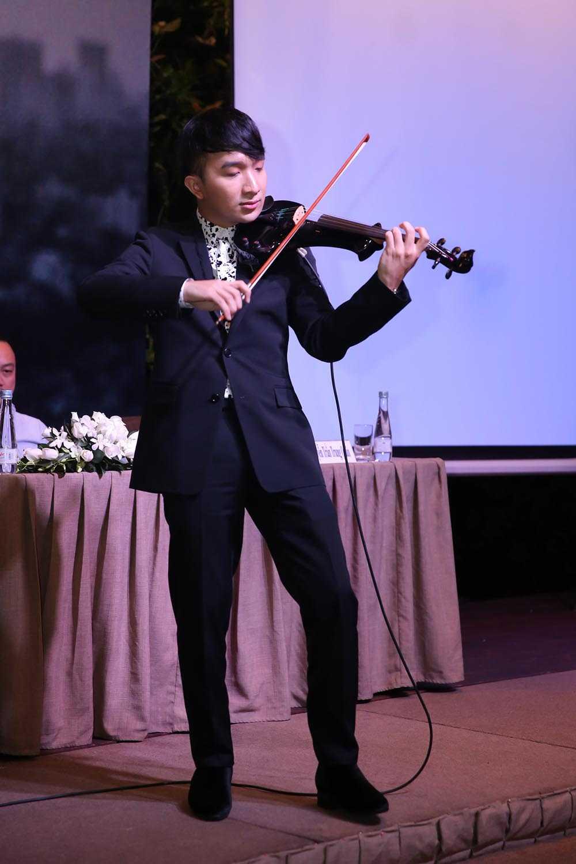 Linh Nga khoe nhan sac man ma den chuc mung nghe si violin Hoang Rob hinh anh 6