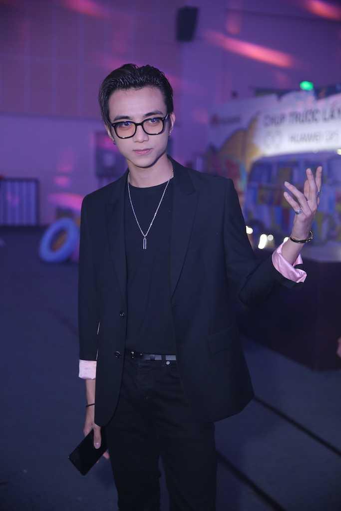 My Tam dien dam om sat, Trang Phap tu tin hat ca khuc gay scandal voi Son Tung hinh anh 7