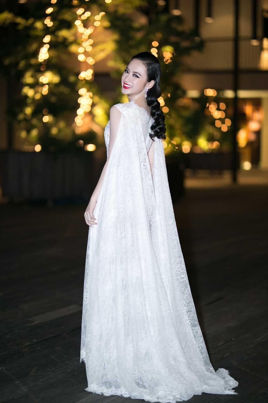Angela Phuong Trinh sexy xuyen thau tu dau den chan, do sac Thuy Top hinh anh 2