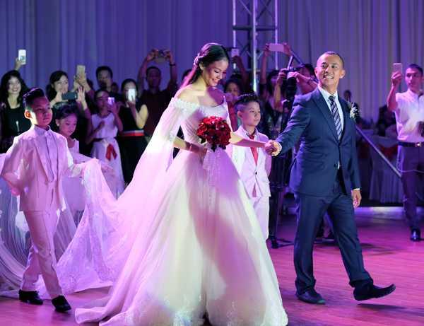 Tran Thanh - Hari Won lot top dam cuoi 'hot' nhat 2016 hinh anh 12
