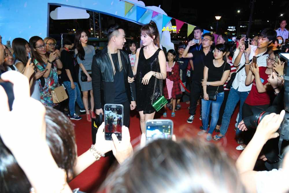 Tran Thanh mac loi trang diem dam hon Hari Won hinh anh 6