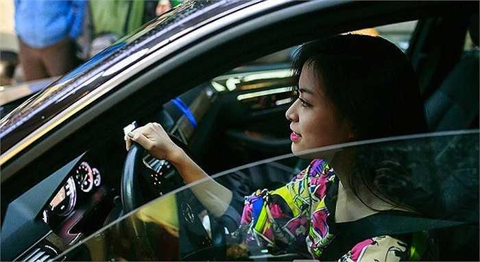 Hoang Thuy Linh kheo tan dung nhan sac sexy kiem tien chuc ty hinh anh 12