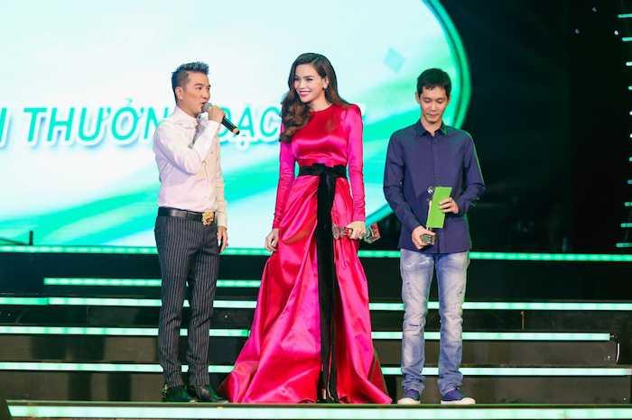 Hau chia tay Cong Phuong, Hoa Minzy khong kiem soat duoc can nang, an mac 'tham hoa' hinh anh 18
