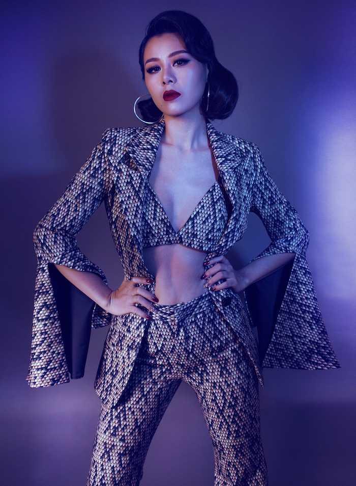 My nu sexy nhat lang hai Viet khoe dang chuan nhu sieu mau voi mot bra-top hinh anh 3