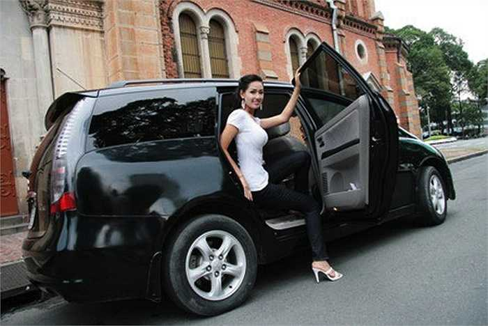 Mai Phuong Thuy doi xe sang nhu thay ao, mua hang hieu khong tiec tien hinh anh 16