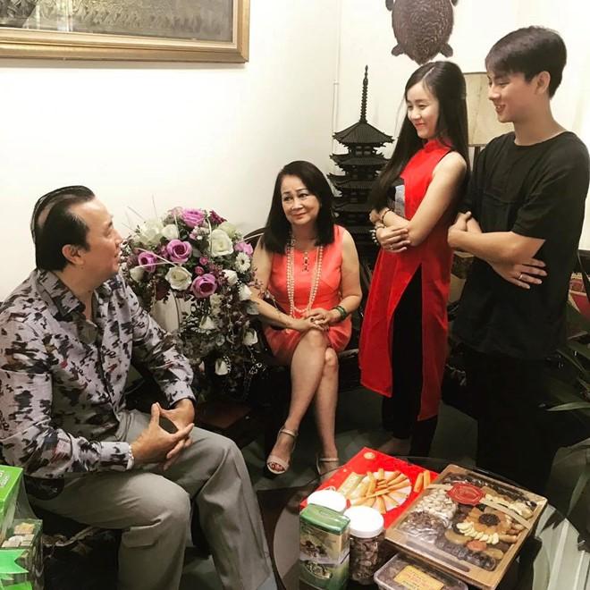 Hoai Lam deo nhan cuoi sang nha ban gai chuc Tet hinh anh 1