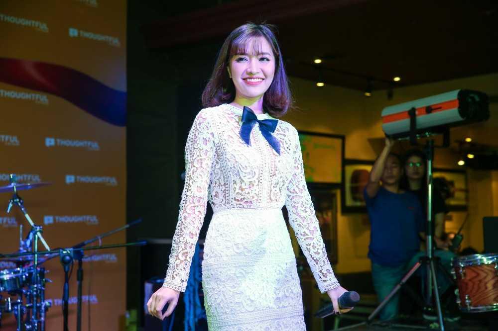 Huong Giang Idol tre nai, do vong mot sexy voi Thuy Top hinh anh 9