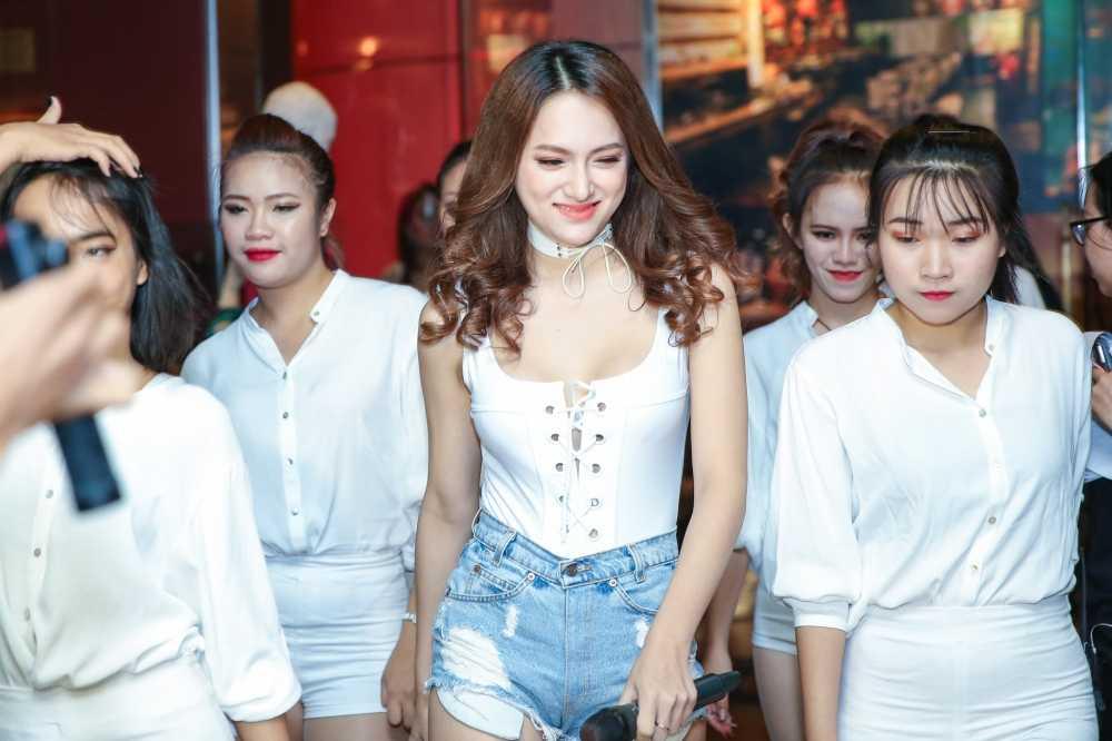Huong Giang Idol tre nai, do vong mot sexy voi Thuy Top hinh anh 4