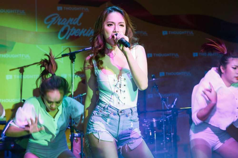 Huong Giang Idol tre nai, do vong mot sexy voi Thuy Top hinh anh 5