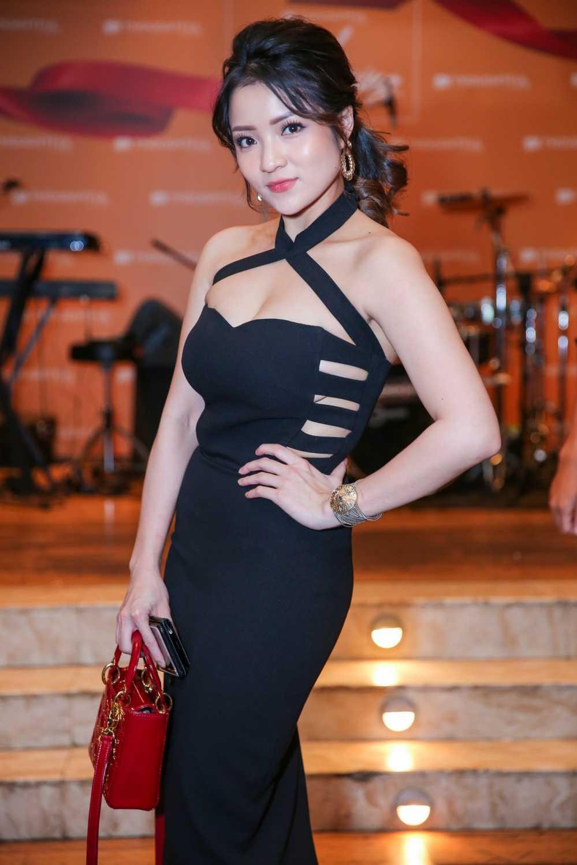 Huong Giang Idol tre nai, do vong mot sexy voi Thuy Top hinh anh 2
