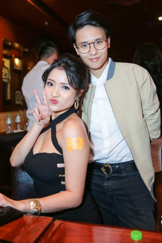 Huong Giang Idol tre nai, do vong mot sexy voi Thuy Top hinh anh 3