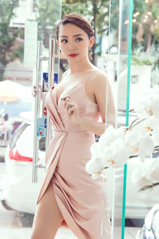 Angela Phuong Trinh nua kin nua ho, do vong mot sexy voi Toc Tien hinh anh 10