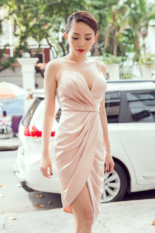 Angela Phuong Trinh nua kin nua ho, do vong mot sexy voi Toc Tien hinh anh 9