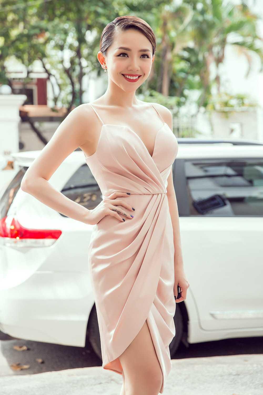Angela Phuong Trinh nua kin nua ho, do vong mot sexy voi Toc Tien hinh anh 7