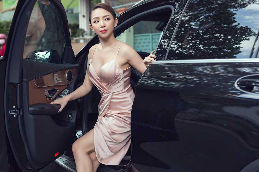 Angela Phuong Trinh nua kin nua ho, do vong mot sexy voi Toc Tien hinh anh 6