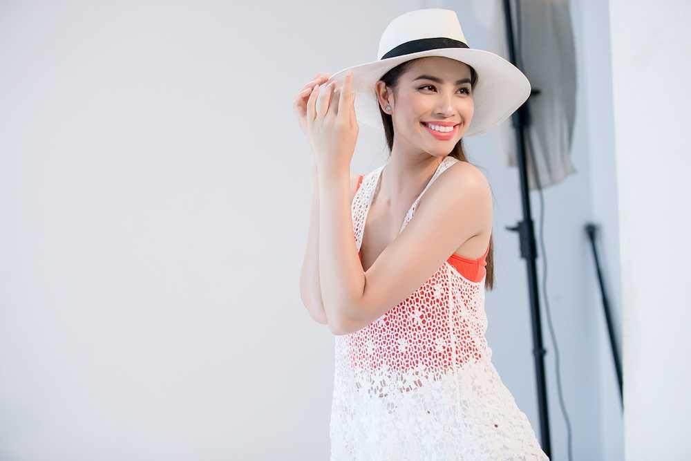 Pham Huong 'nong ray' voi bikini, khoe vong eo 59cm hinh anh 4