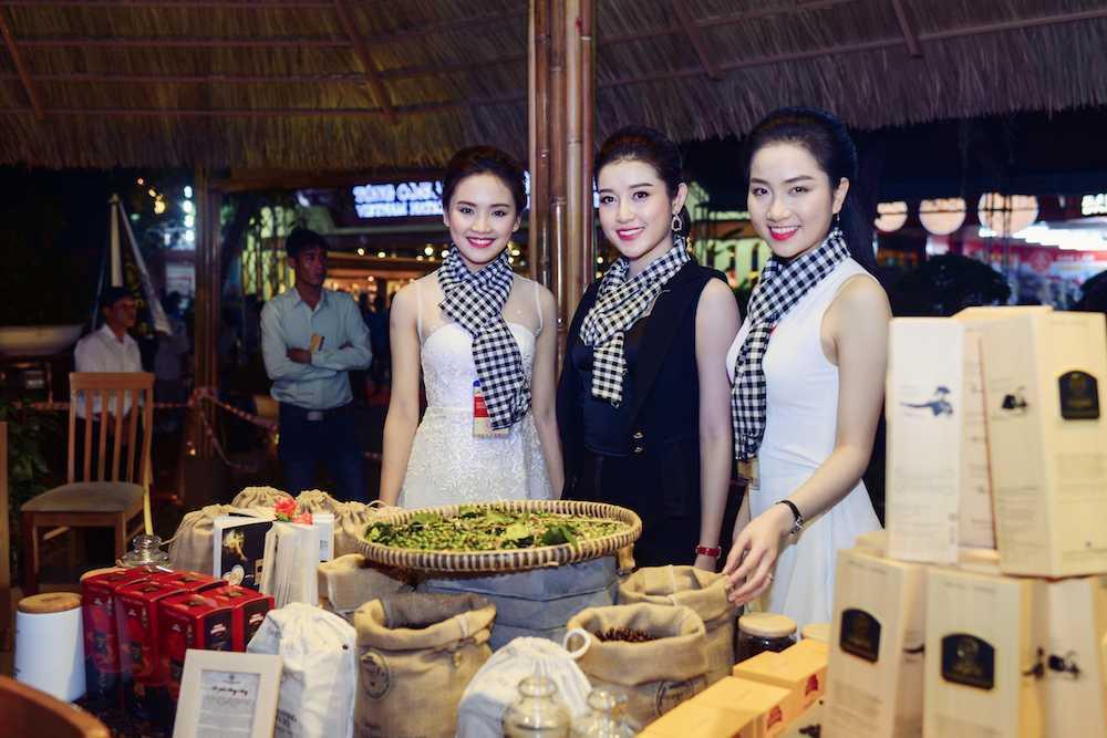 Hoa hau Ngoc Han, A hau Huyen My khuay dong le hoi duong pho Buon Me Thuot hinh anh 2