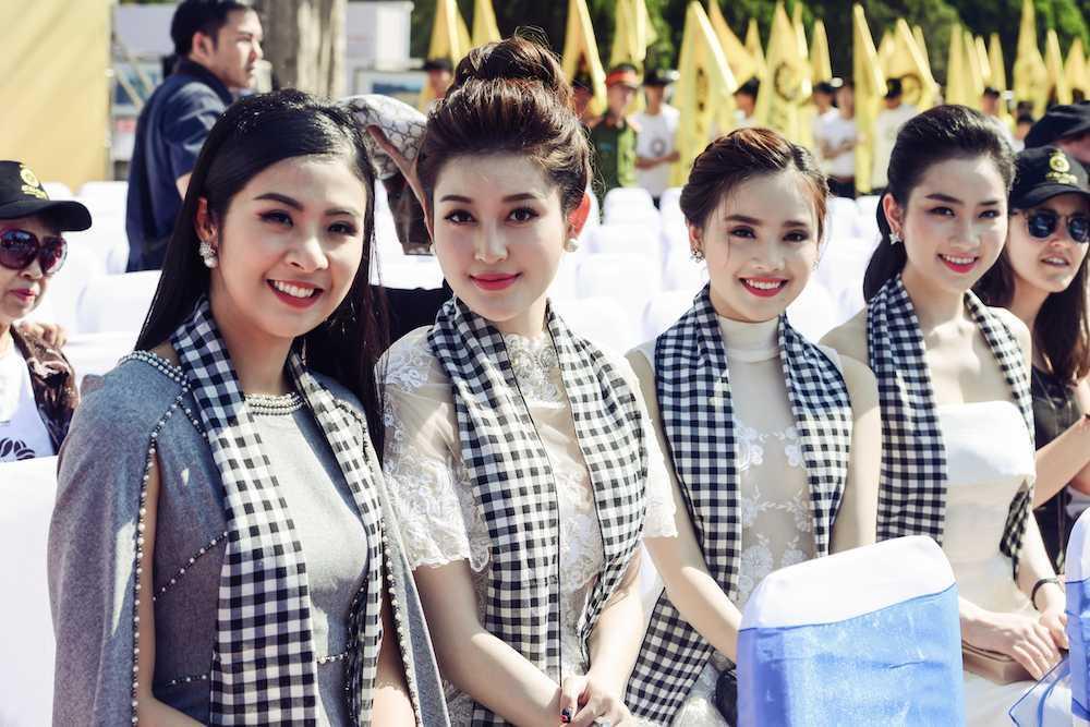Hoa hau Ngoc Han, A hau Huyen My khuay dong le hoi duong pho Buon Me Thuot hinh anh 9