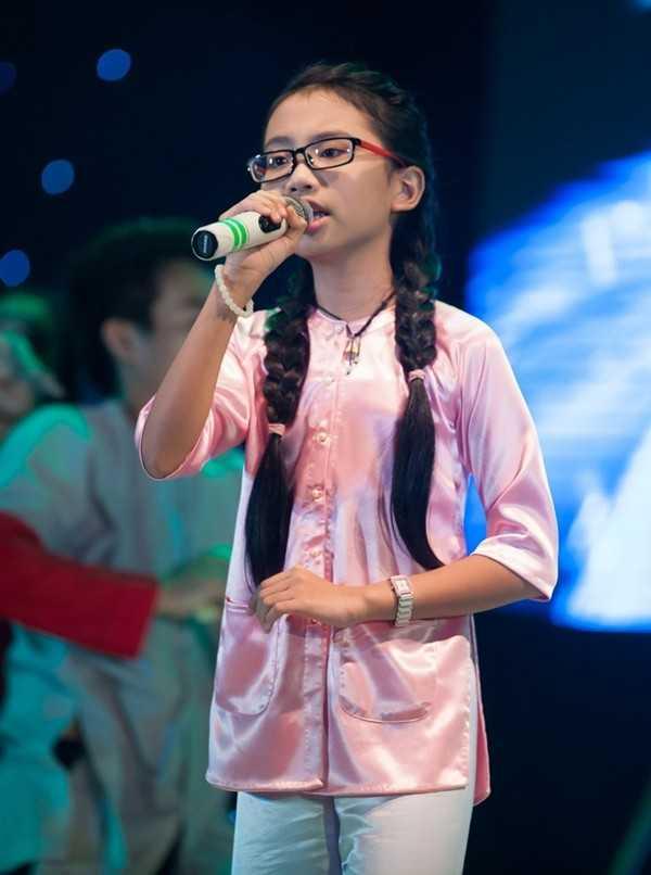 Phuong My Chi sexy, gia dan hon han Ho Van Cuong du ca hai bang tuoi nhau hinh anh 1