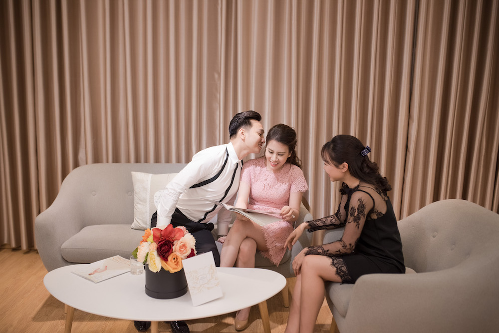 MC Thanh Trung va ban gai quan quyt tinh tu di thu vay cuoi hinh anh 3