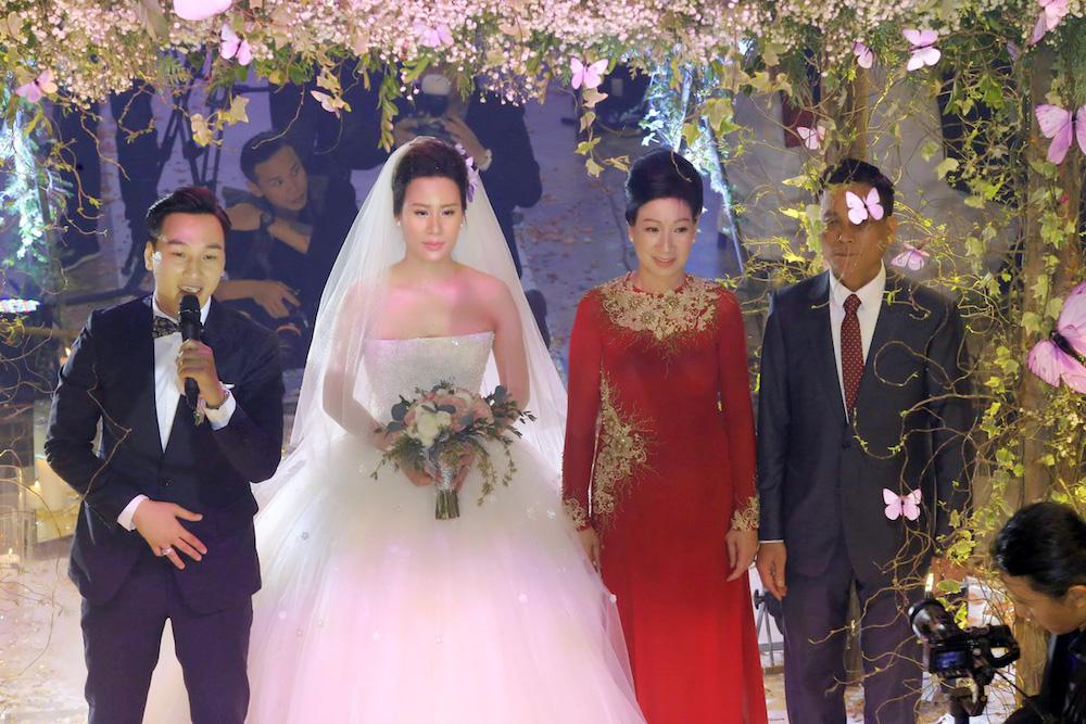 MC Thanh Trung va vo 9x bat ngo ky hop dong hon nhan trong dam cuoi hinh anh 12