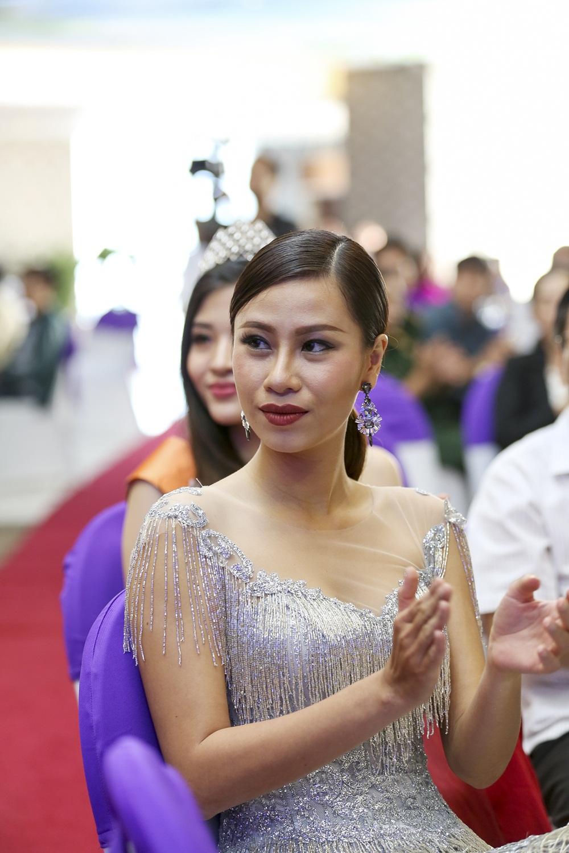 Ha Anh khoe eo thon sexy ben MC Vu Manh Cuong hinh anh 10