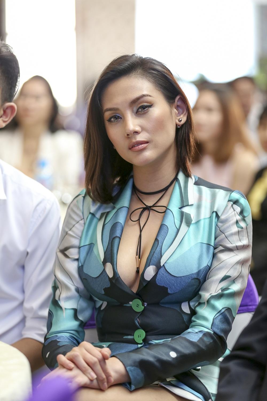 Ha Anh khoe eo thon sexy ben MC Vu Manh Cuong hinh anh 11