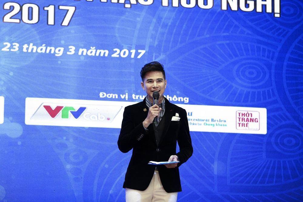 Ha Anh khoe eo thon sexy ben MC Vu Manh Cuong hinh anh 4