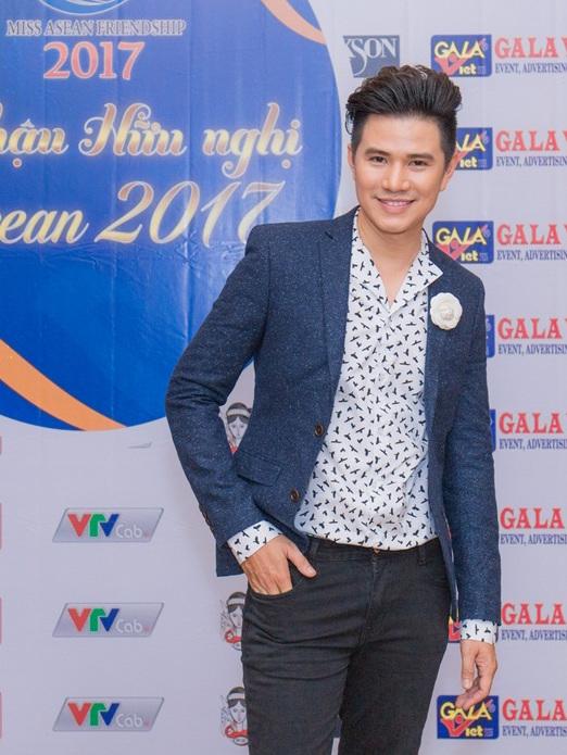 Ha Anh khoe eo thon sexy ben MC Vu Manh Cuong hinh anh 2