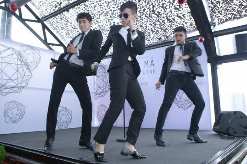 Khong the tin 'tomboy' Vu Cat Tuong cung co luc dien vay hong cuc nu tinh hinh anh 3