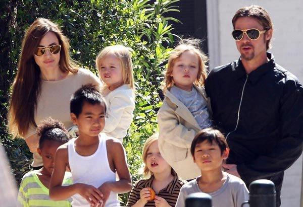 Angelina Jolie ben Brad Pitt cung giot nuoc mat va nu cuoi trong suot 12 nam qua hinh anh 15