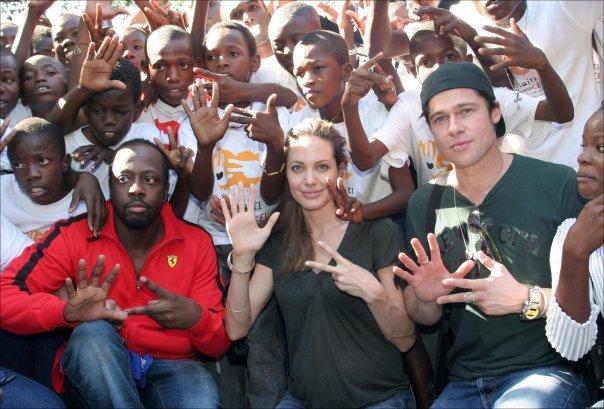 Angelina Jolie ben Brad Pitt cung giot nuoc mat va nu cuoi trong suot 12 nam qua hinh anh 9