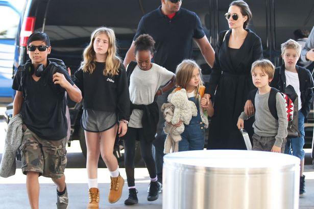 Angelina Jolie ben Brad Pitt cung giot nuoc mat va nu cuoi trong suot 12 nam qua hinh anh 6
