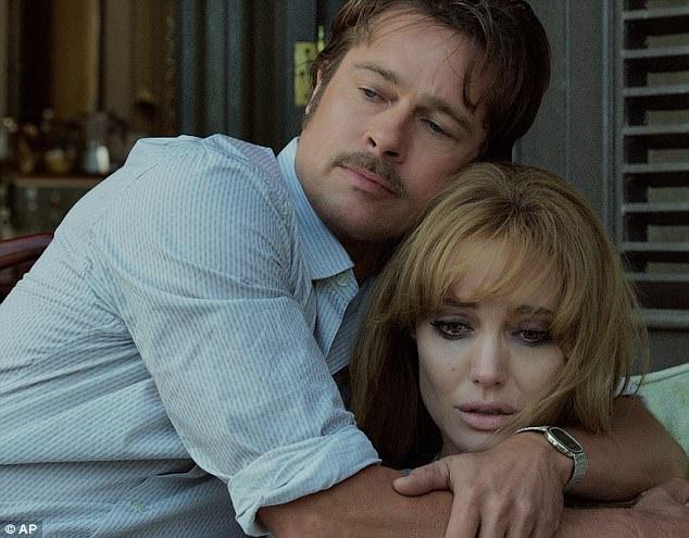 Angelina Jolie ben Brad Pitt cung giot nuoc mat va nu cuoi trong suot 12 nam qua hinh anh 14